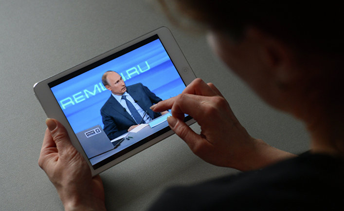 Жительница Новосибирска смотрит на планшетном компьютере трансляцию программы «Прямая линия с президентом России В.Путиным»