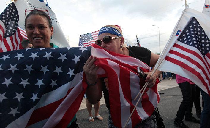Пуэрториканцы с американскими флагами в Сан-Хуан
