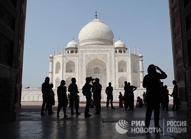 Туристы у Двореца Тадж-Махал в городе Агра, Индия