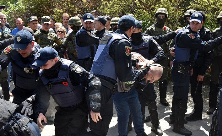 Сотрудники полиции обеспечивают порядок во время акции «Бессмертный полк» в Одессе