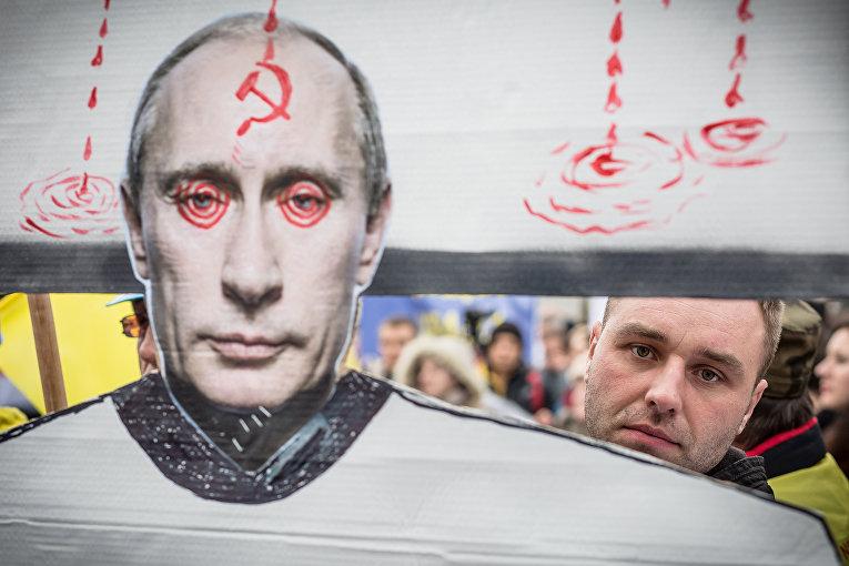 Акция протеста против российской военной интервенции на Украине перед посольством России в Варшаве