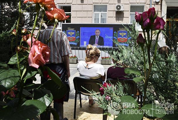 Жители Симферополя смотрят трансляцию «Прямой линии с Владимиром Путиным»