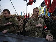 Бойцы батальона «Азов» поют гимн Украины на марше в Киеве, посвященном 72-летию образования УПА