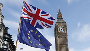 Флаги Евросоюза и Великобритании на фоне часовой башни Вестминстерского дворца в Лондоне