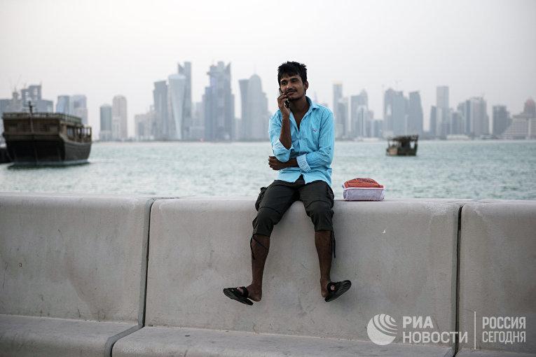 Мужчина на набережной в Дохе, Катар
