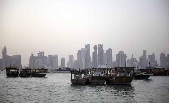 Прогулочные и рыбацкие лодки на набережной в столице Катара Дохе