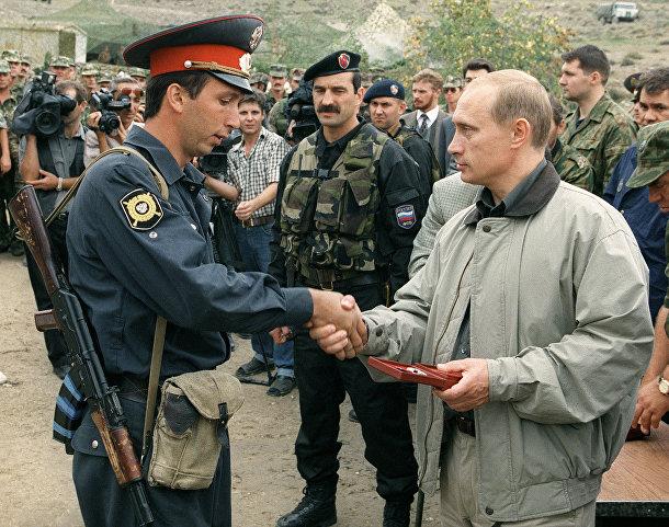 Премьер-министр России Владимир Путин вручает награды