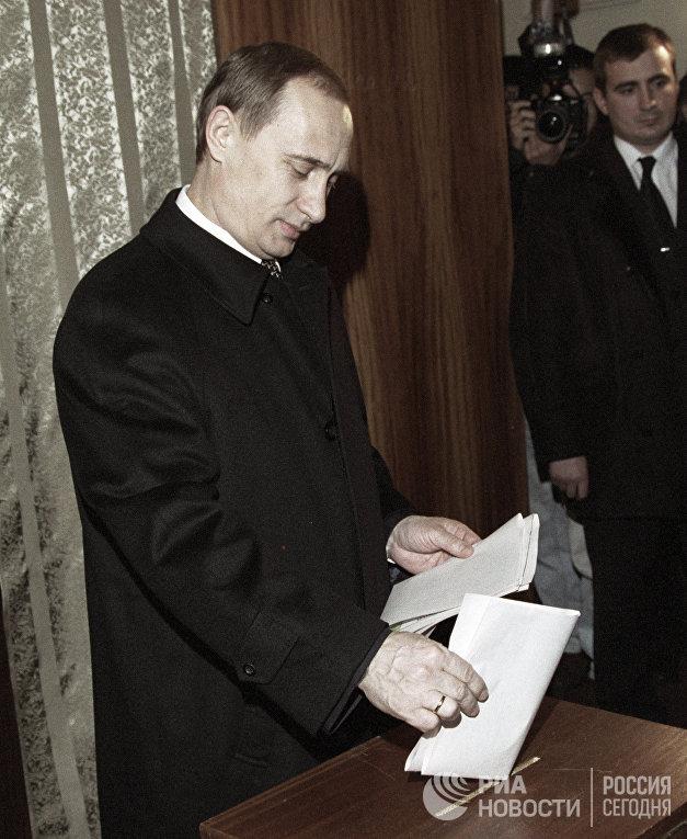 Премьер-министр РФ Владимир Путин на избирательном участке