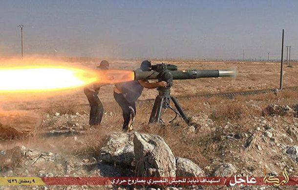 Боевики Исламского государства запускают противотанковую ракету в городе Эль-Хасака, Сирия