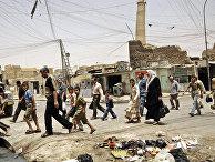 Местные жители на фоне минарета мечети Аль-Нури в Мосуле