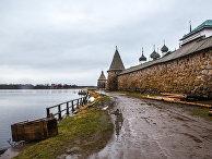 Стены Соловецкого кремля со стороны Святого озера. Спасо-Преображенский Соловецкий монастырь