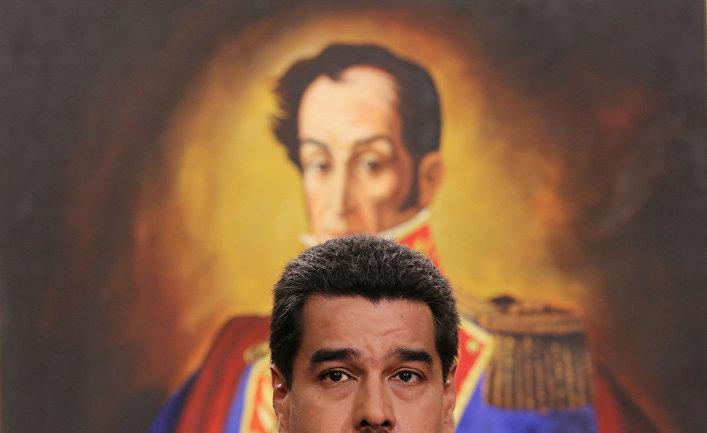 Президент Венесуэлы Николас Мадуро на фоне портрета национального героя Симона Боливара