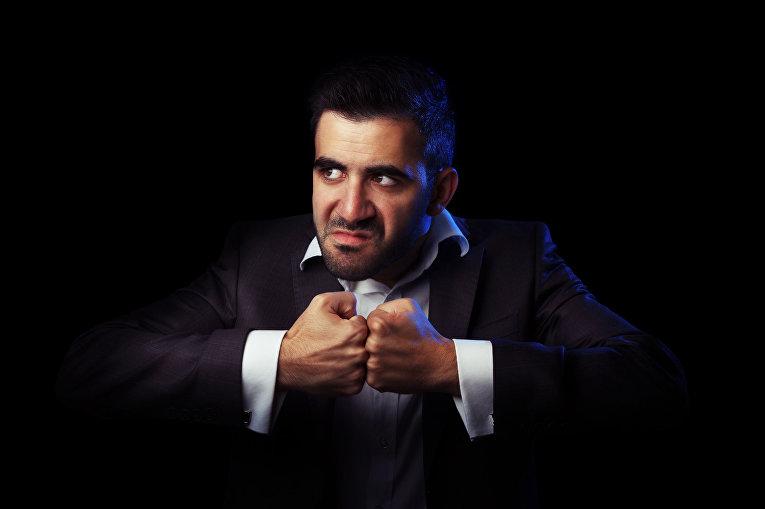 Злой человек в деловом костюме