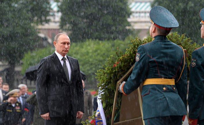 Президент РФ Владимир Путин во время церемонии возложения венков к Могиле Неизвестного Солдата в Александровском саду. 22 июня 2017