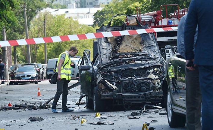 Полиция и сотрудники спецслужб работают на месте взрыва автомобиля в Киеве. 27 июня 2017