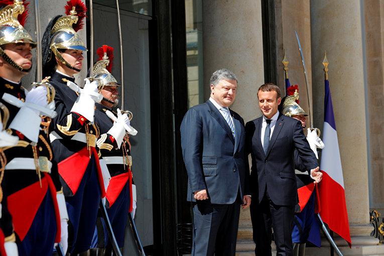 Президент Франции Эммануэль Макрон и президент Украины Петр Порошенко в Елисейском дворце в Париже