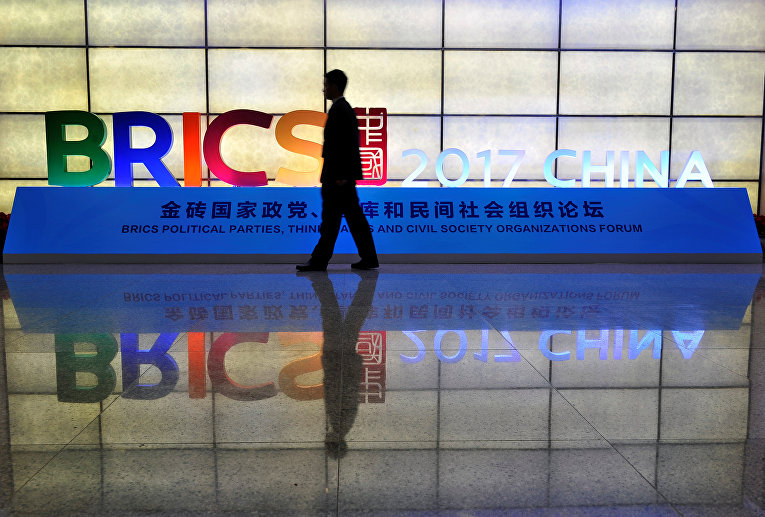 Логотип БРИКС на форуме в городе Фучжоу