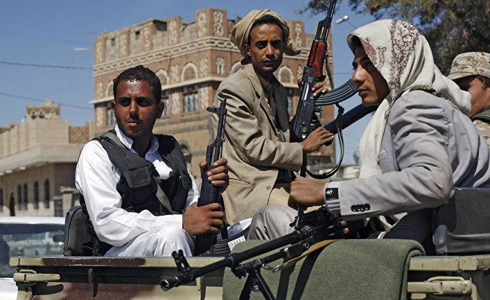 Бойцы-хуситы патрулируют улицу в Сане
