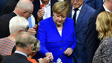 Канцлер Германии Ангела Меркель во время голосования по вопросу принятия закона об однополых браках в Бундестаге