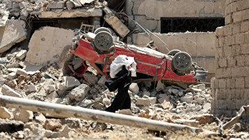 31 мая 2017. Иракская женщина уходит из западного Мосула