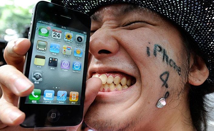Пользователь со смартфоном iPhone 4