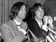 Участники британской поп-группы The Beatles Джон Леннон и Пол Маккартни