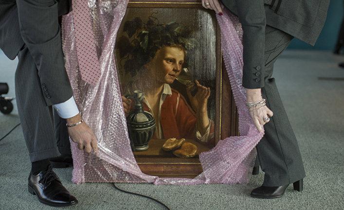 Агенты ФБР распаковывают картину «Молодой человек, как Бахус» Жана Франса Верзийля из «коллекции» нацистов