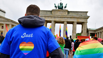 Митинг ЛГБТ сообщества перед Бранденбургскими воротами в Берлине