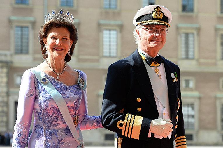 Королева Швеции Сильвия и король Швеции Карл XVI Густав во время свадебной церемонии принца Карла Филиппа и модели Софии Хеллквист в Стокгольме. Июнь 2015