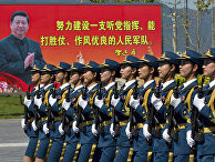 Женщины-солдаты НОАК во время маршировки на военной базе под Пекином