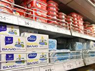 """Масло финской марки """"Валио"""" на прилавке в магазине"""