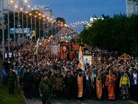 Верующие во время крестного хода в Екатеринбурге. 17 июля 2017