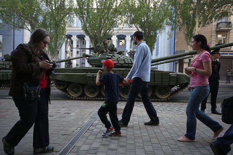 Местные жители в Донецке
