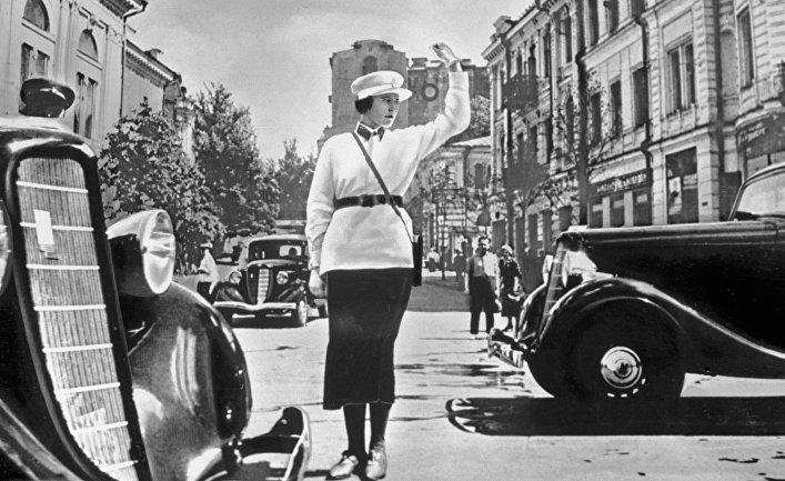 Женщина-постовой регулирует движение на Крещатике