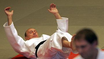 Президент России Владимир Путин проводит разминку во время мастер-класса в школе дзюдо в Санкт-Петербурге