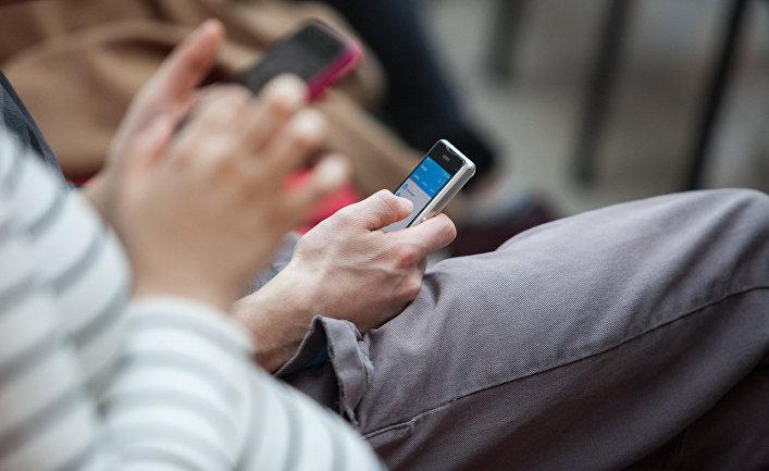 Люди с мобильными телефонами