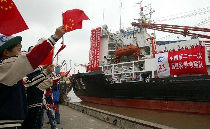 Китайский ледокол Xue Long («Снежный дракон») в порту Шанхая, Китай
