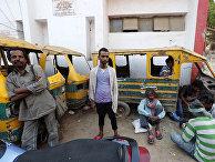 Местные жители в поисках работы в Аллахабад, Индия