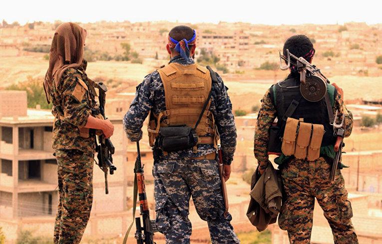 Бойцы сирийских демократических сил недалеко от города Табке, Сирия