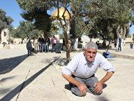 Мужчина молится перед мечетью Аль-Акса на Храмовой горе в Иерусалиме