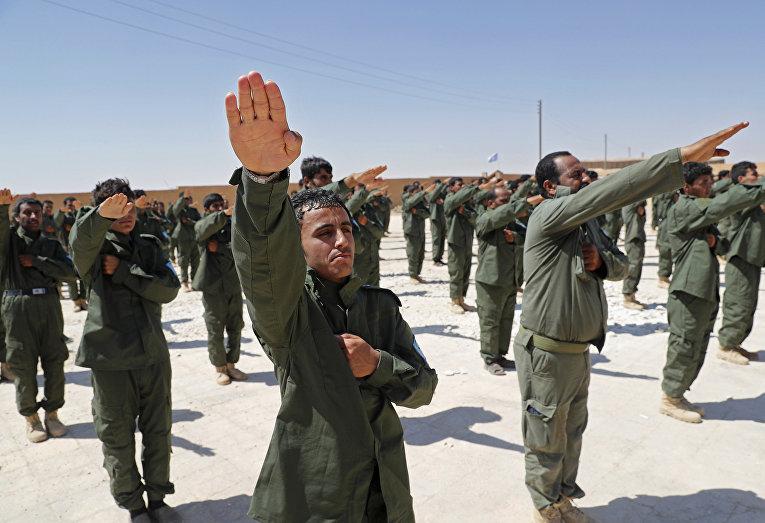Солдаты сирийских внутренних сил безопасности в ходе церемонии выпуска