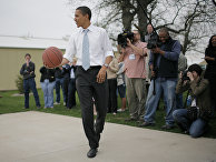 Бывший президент США Барак Обама играет в футбол