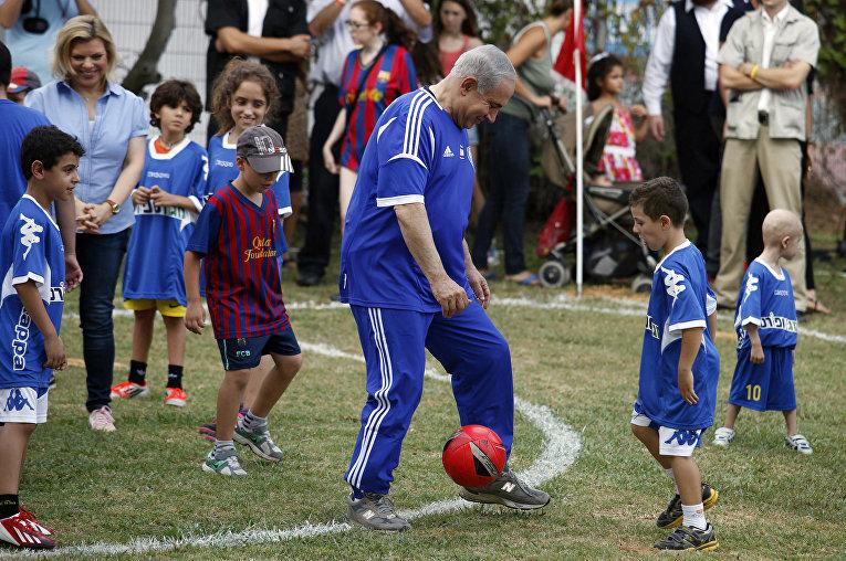 Биньямин Нетаньяху играет в футбол