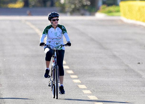 Президент Бразилии Дилма Русеф совершает велопрогулку