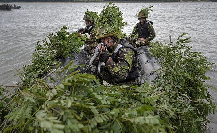 Румынские солдаты принимают участие в совместных военных учениях
