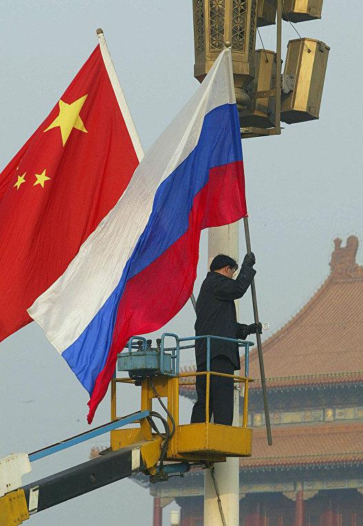 Флаги РФ и КНР на площади Тяньаньмэнь в Пекине