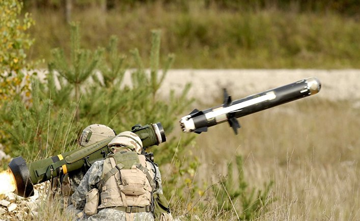 Американские военные производят выстрел из противотанкового ракетного комплекса (ПТРК) FGM-148 Javelin