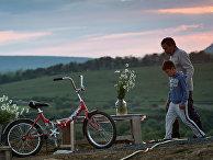 Мужчина с мальчиком во дворе частного дома в селе Клиновка Симферопольского района Крыма