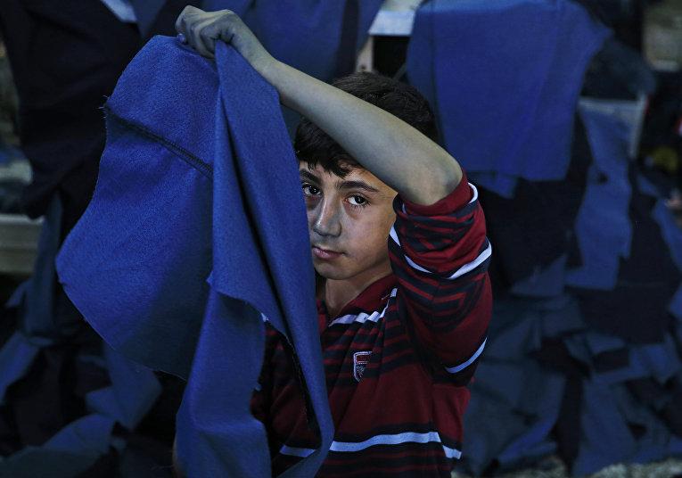 Беженец из Сирии работает в мастерской одежды в Газиантепе на юго-востоке Турции