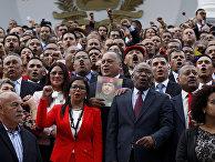 Члены учредительного собрания Венесуэлы на ступеньках здания Национальной Ассамблеи в Каракасе
